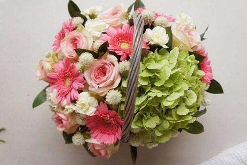 Cách cắm hoa hồng đan xen hoa đồng tiền, cẩm tú cầu đẹp 4
