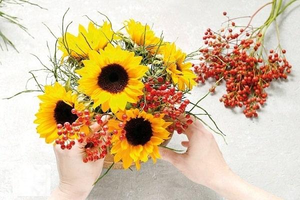 Cách cắm hoa hướng dương vào vỏ dừa đầy sáng tạo