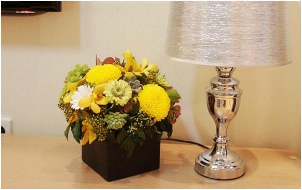 Mẹo hay giúp cắm lọ hoa sắc vàng xen sen đá tuyệt đẹp 11
