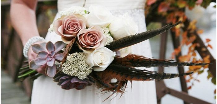 Cách cắm hoa kết hợp lông vũ