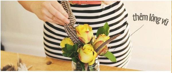 Cách cắm hoa kết hợp lông vũ cho ngày làm việc thêm hứng khởi 4