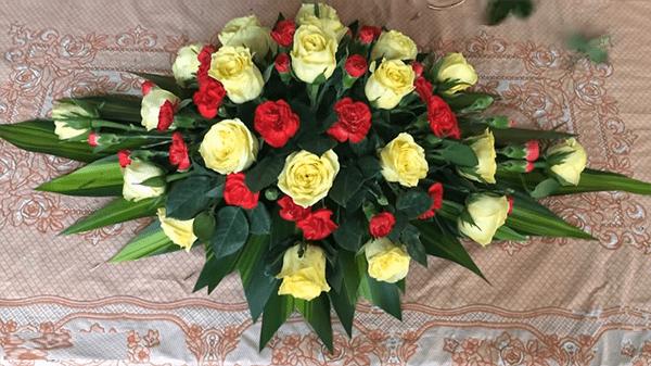 Đĩa hoa cẩm chướng khi đã căm xong