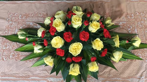 Cắm các bông cẩm chướng đỏ xen kẽ với hoa hồng vàng