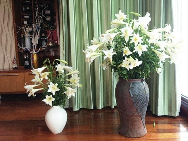Cắm hoa trong bình gốm 1