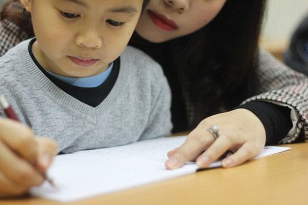 Rèn cho bé thói quen mỗi ngày đều luyện chữ