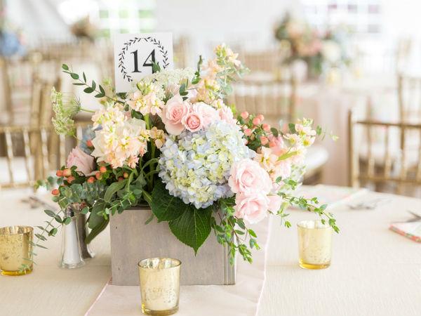 10 cách cắm hoa đơn giản dành cho bình hoa để bàn hằng ngày