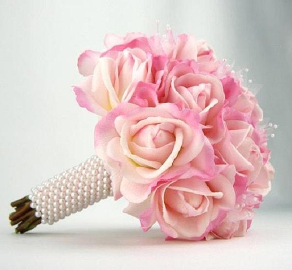 Hoa có màu sắc nhạt phù hợp với phụ nữ dịu dàng