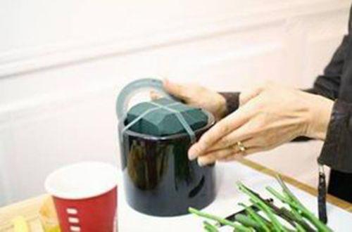Cắt xốp cắm hoa đặt vào bình