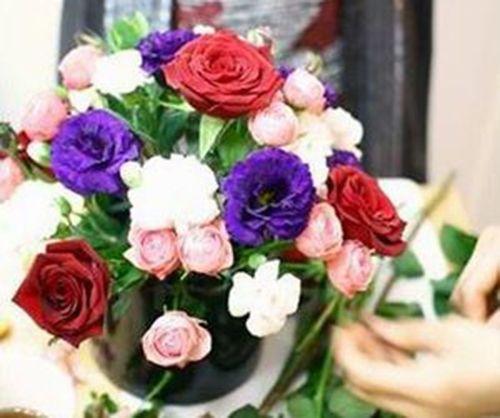Cắm xen kẽ thêm cành hoa cát tường tím, hoa hồng