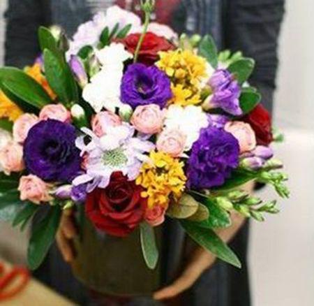Cắm thêm hoa và cành lá và chậu hoa