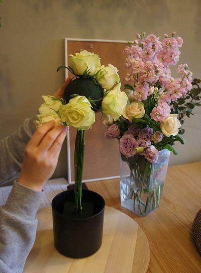 Cắm 4 bông xung quanh xốp cắm hoa hình cầu theo 4 hướng