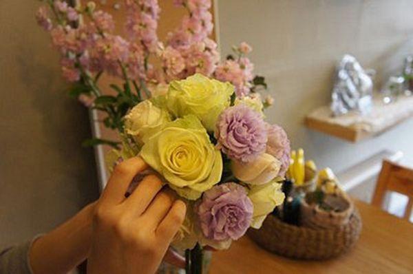 Cắm xen kẽ các cành hoa cát tường màu tím với hoa hồng đã cắm trước đó