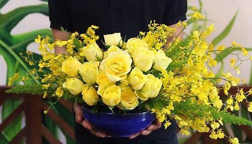Kiểu cắm hoa hồng vàng trên bình sứ bán nguyệt cài mút xốp đẹp rạng rỡ đón xuân