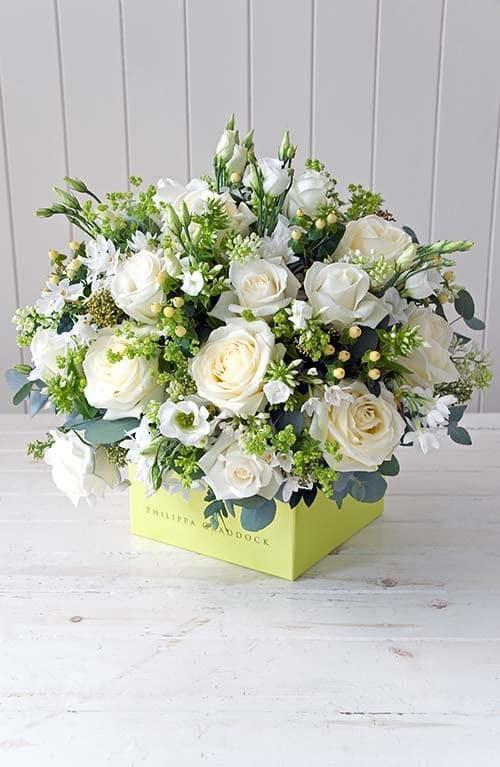 Bình hoa hồng trắng đơn giản mà đầy tinh tế