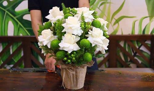 Cắm hoa hồng trắng trang trí nền tông màu xanh đẹp xinh tươi
