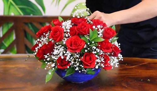 Hoa hồng và hoa baby kết hợp cùng lá xanh cho ra kết quả bình hoa tròn xum xuê đẹp mắt