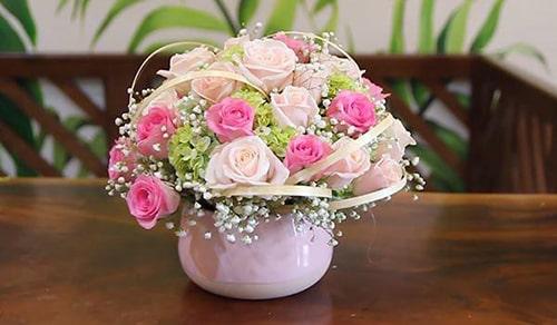 Cắm hoa hồng phấn và hồng nhạt cách nhau mật độ hợp lý