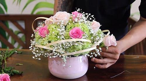 Thành quả là bình hoa hồng nhạt và hồng phấn xen nhau nổi bật đẹp mắt