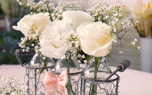 Cách cắm hoa hồng độc đáo chỉ cần 3 chiếc lọ thủy tinh nhỏ, 4 bông hồng trắng là bạn đã có được bộ lọ hoa hồng đẹp tinh khôi
