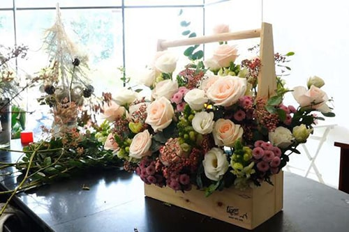 Cắm hoa hồng dạng lẵng bằng gỗ, đơn giản mộc mạc. Trang trí bằng các hoa phụ đi kèm