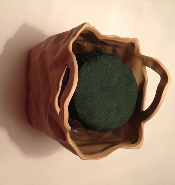 Cắt xốp cắm hoa thành khối để trong giỏ