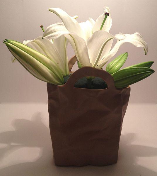 Cắm hoa ly vào giữa miếng xốp