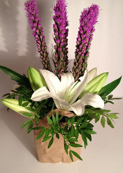 Cắm các loại hoa diên vĩ, kỳ lân và hoa ly vào giỏ
