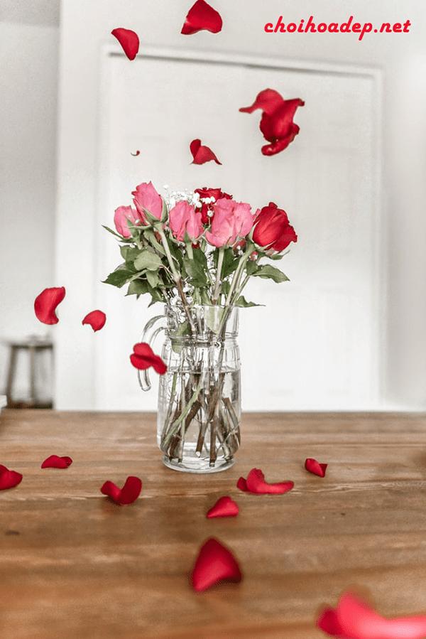 Cắm hoa hồng đơn giản bằng lọ thủy tinh đứng