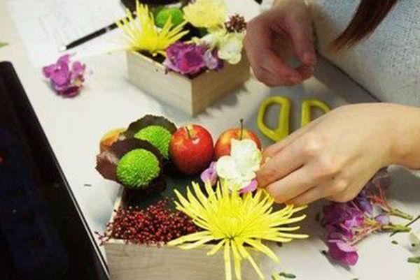 Cắm hoa cẩm tú, cành chuỗi ngọc lên xốp cắm hoa