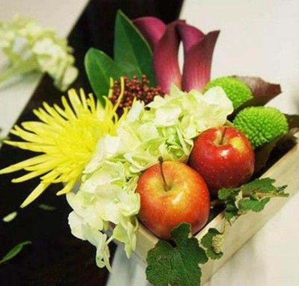 Cắm xen kẽ cành lá nhỏ và cẩm tú cầu xanh lên miếng xốp cắm hoa