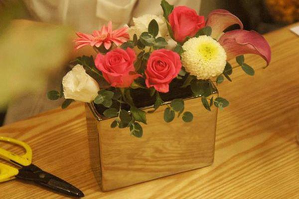 Cắm hoa hồng, đồng tiền, cát tường, cúc vạn thọ vào miếng xốp