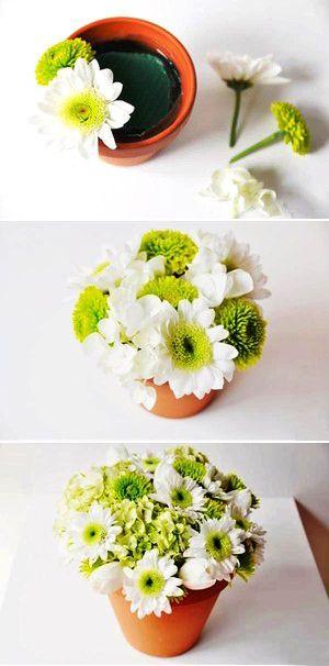 Cắm các loại hoa vào chậu đất nung