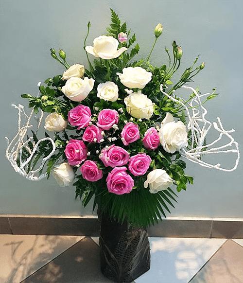 Cách cắm hoa hồng lọ cao để bàn đẹp mê ly 7