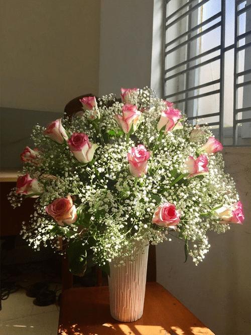 Cách cắm hoa hồng lọ cao để bàn đẹp mê ly 6