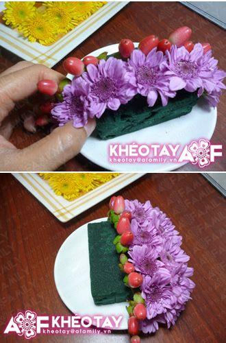 Cắm hoa cúc vào miếng xốp