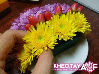 Cắm hoa cúc vàng lên miếng xốp