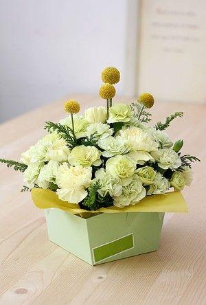 Cắm hoa cẩm chướng với hộp giấy trang trí cho bàn làm việc