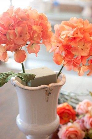 Cắt 2 cành hoa cẩm tú cầu màu cam cắm đối xứng 2 bên miếng xốp