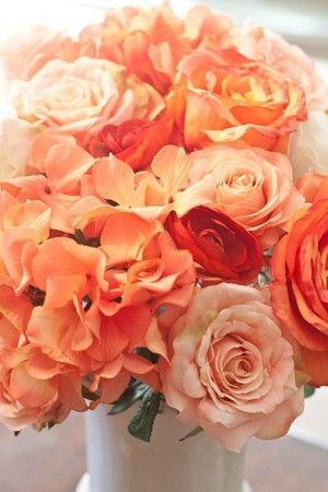 Cắm xen kẽ hoa hồng nhỏ vào miếng xốp