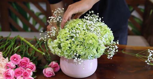 Cách cắm hoa hồng và cẩm tú cầu