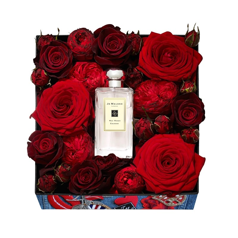 Mỹ phẩm cùng với hoa hồng tặng người yêu