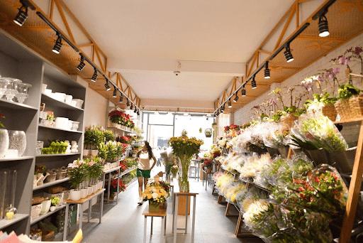 Bạn nên đến các cửa hàng hoa tươi để mua hoa sinh nhật