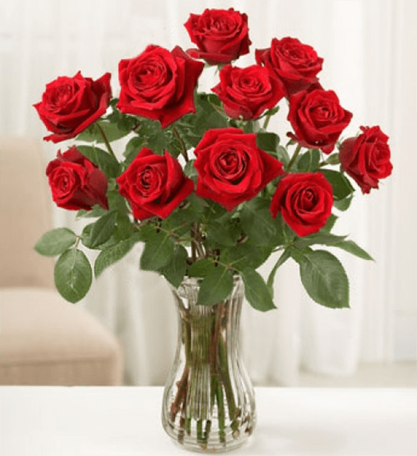 Bình hoa hồng đỏ nổi bật bàn thờ