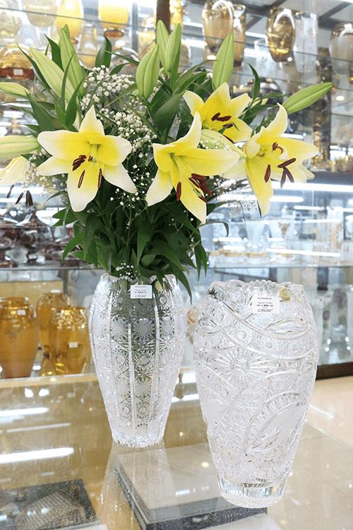 Hoa ly vàng kết hợp hoa baby dùng cắm trên bàn thờ rất sáng và nổi bật