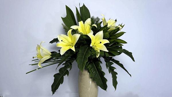 Bình hoa ly dáng lưỡi liềm độc đáo