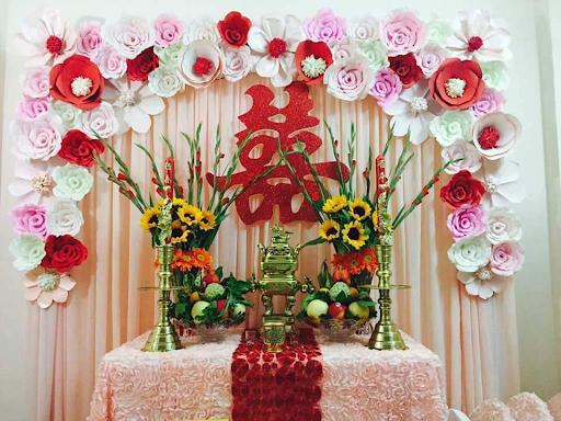 Hoa hướng dương làm sáng bàn thờ, tạo không khí tươi vui