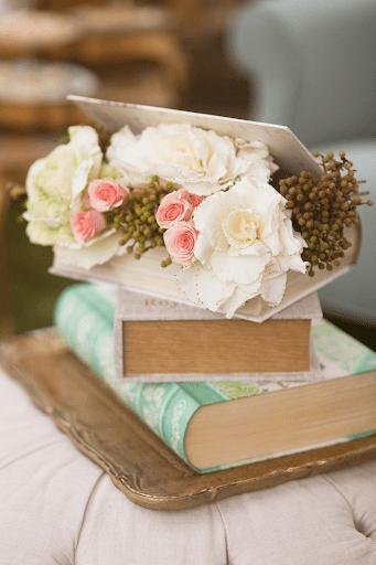 Hoa cưới kẹp trong quyển sách