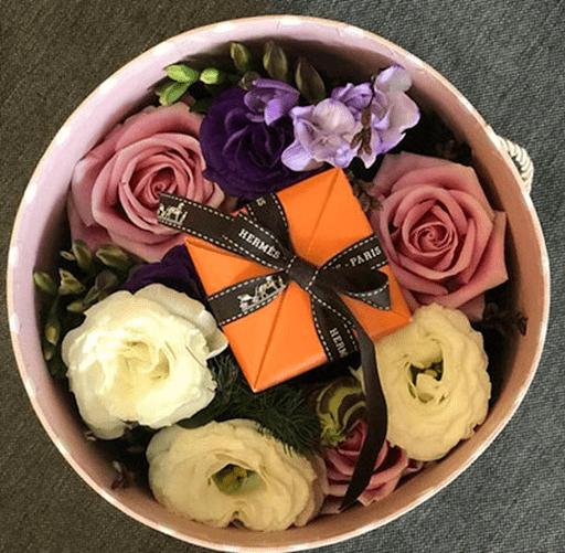Hoa kèm theo một hộp quà hoặc một hộp socola là món quà ngọt ngào nhất