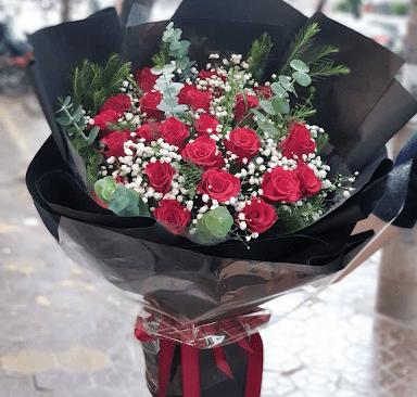 Bó hoa hồng và baby bọc bằng giấy gói màu đen