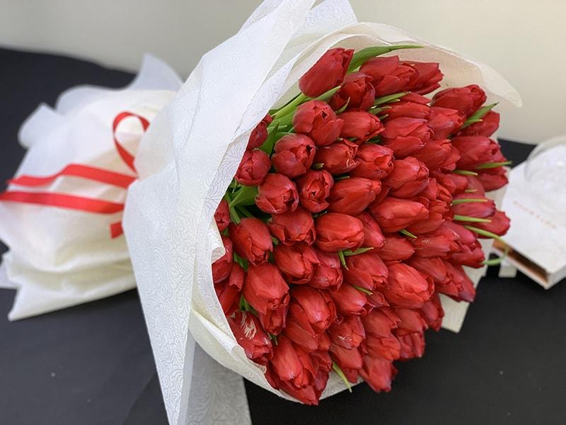 Tặng hoa tulip đỏ cho bạn gái ngày 8/3